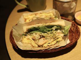 具沢山でジューシー!台北トースト朝ごはん店「汁男炭カオ吐司」