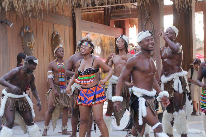伝統的なアフリカのダンスのパフォーマンスも