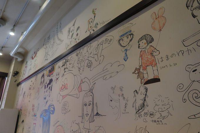 漫画家のイラストが壁いっぱいに!ミュージアムカフェも併設