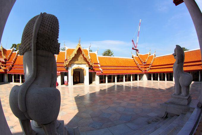 眩しいほどの白い大理石が輝く寺院