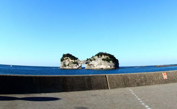 白浜のシンボル「円月島」