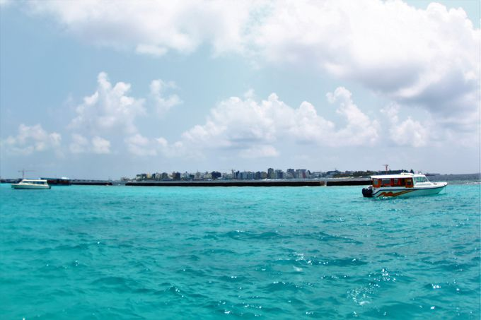空港の隣の島。モルディブの首都「マーレ」