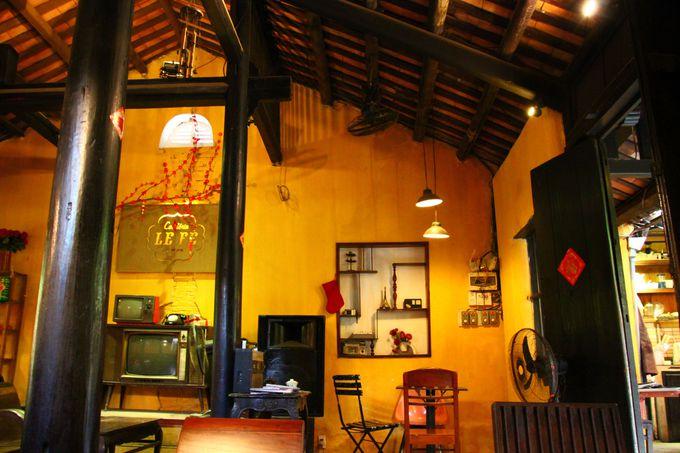 レトロな路地裏の隠れ家カフェ