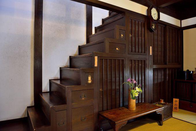 格子の家 趣のある引出階段