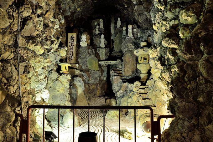 洞窟の奥に20mの滝を模した渓谷が!