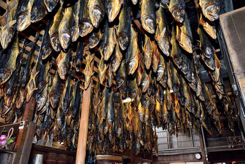 天井から下がる無数の鮭が圧巻!新潟県村上はグルメも充実!!