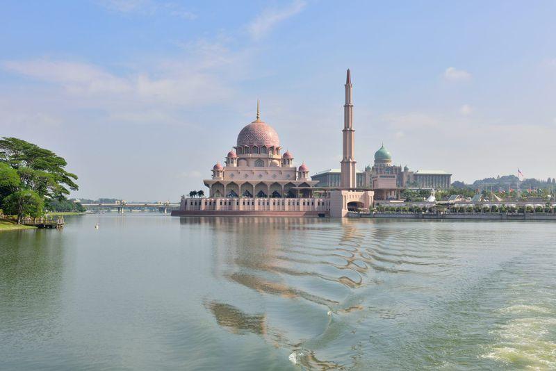 湖上から見るピンクモスク