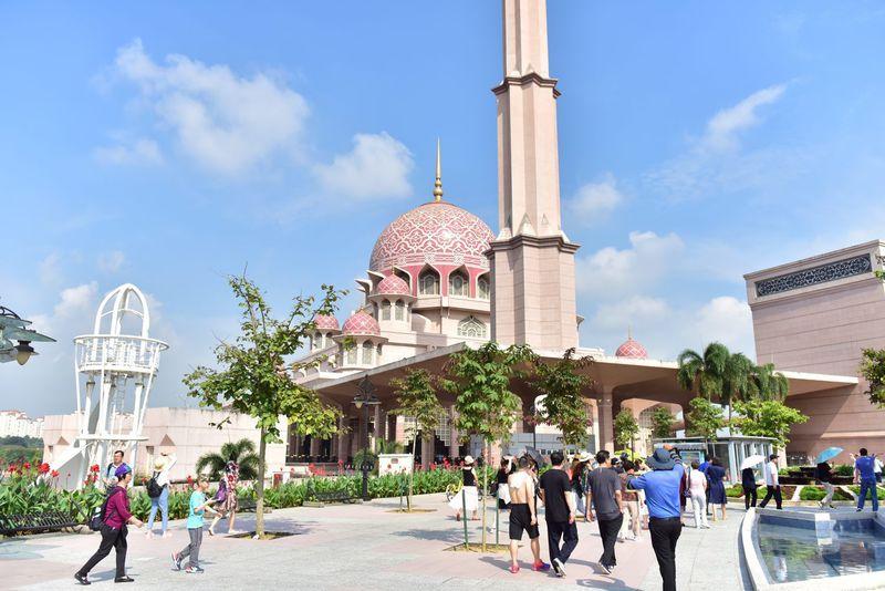 地上から見るピンクモスク