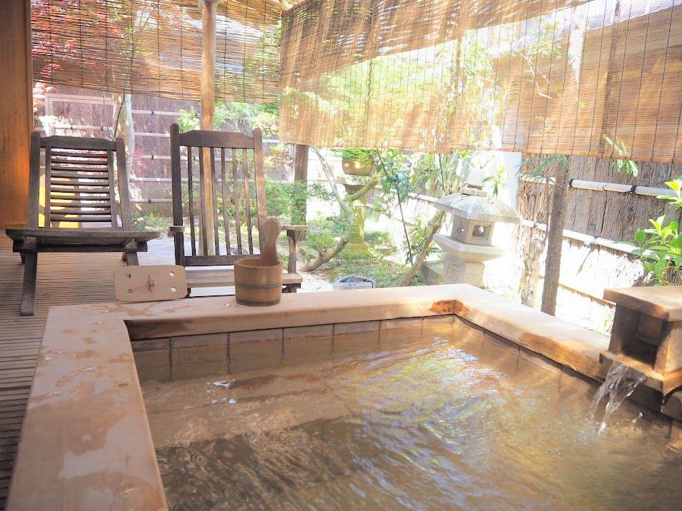 四季の移ろいを感じる自家源泉の客室専用露天風呂