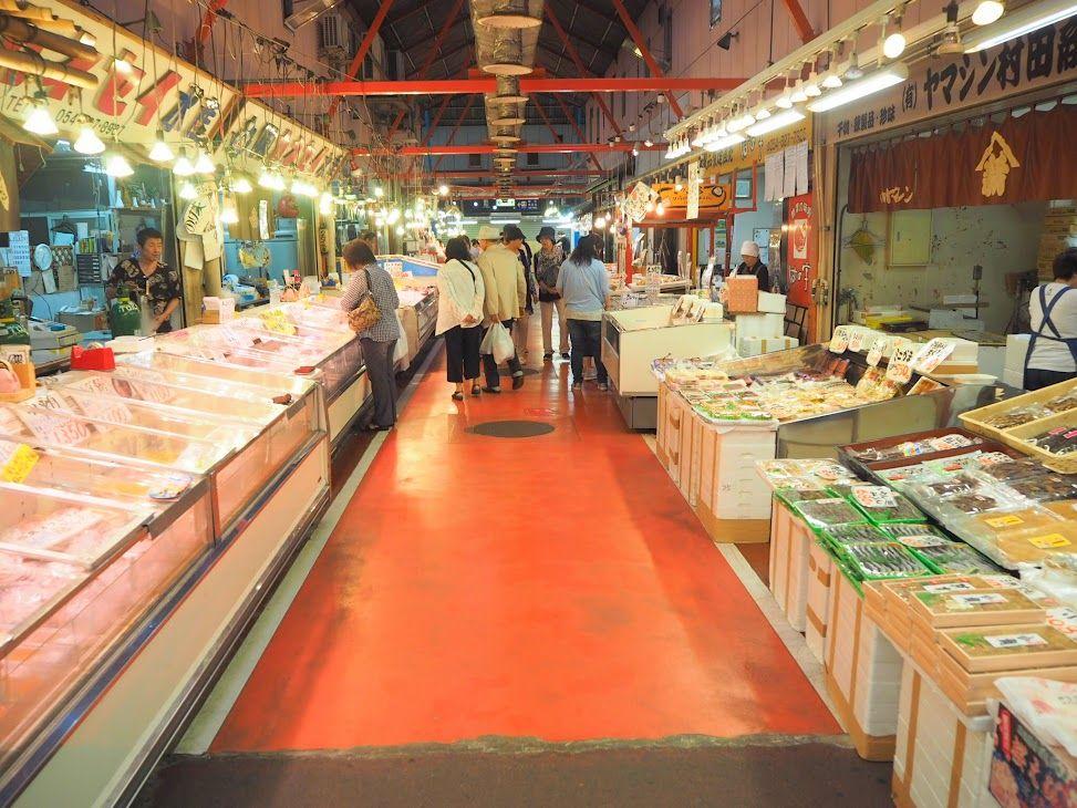 市場の雰囲気を味わいながら買い物を楽しむ