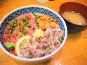 新鮮ネタでカスタマイズ海鮮丼「焼津さかなセンター」