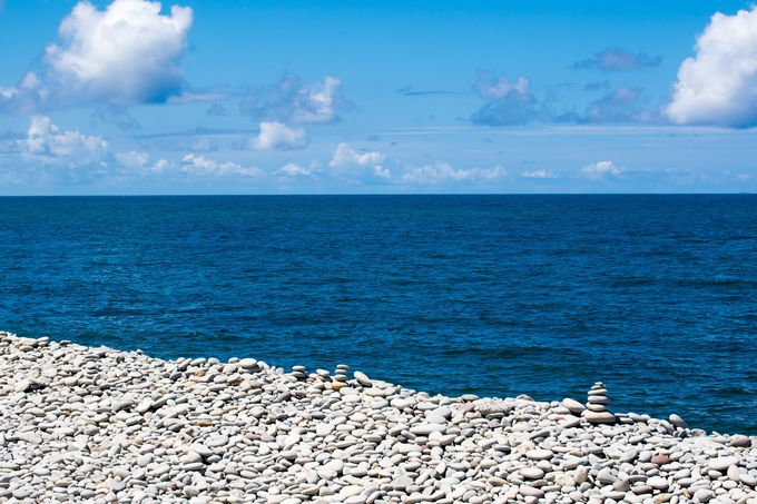 日本海の浜辺の石が鳴る浜