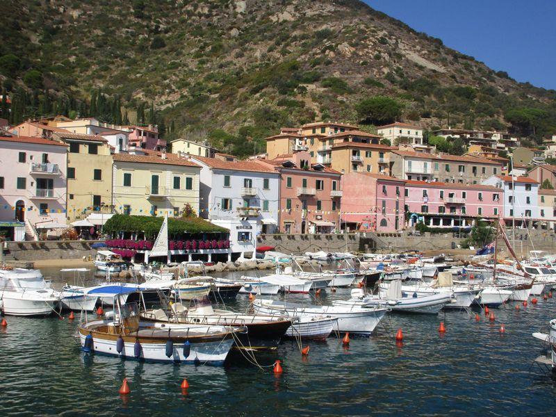 本土からフェリーで1時間の「ジッリオ島」、イタリアの島リゾートを気軽に楽しもう!