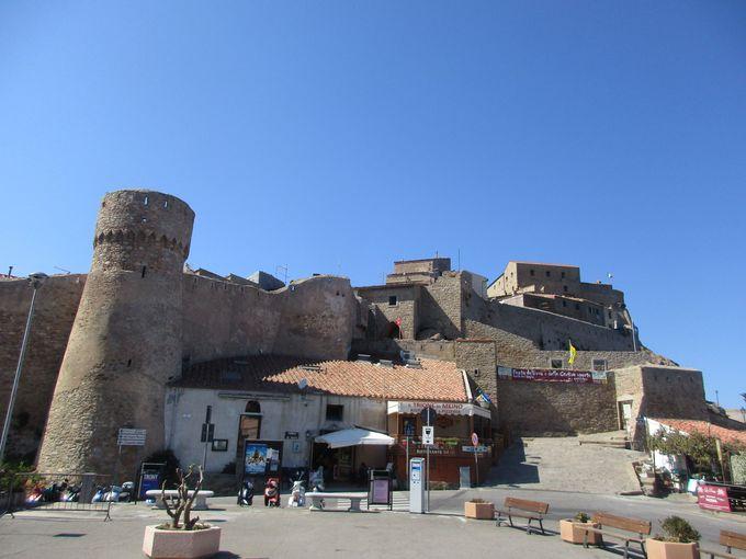 丘の上の城壁が残る旧市街〜「イタリアの美しい村」の1つ「カステッロ」