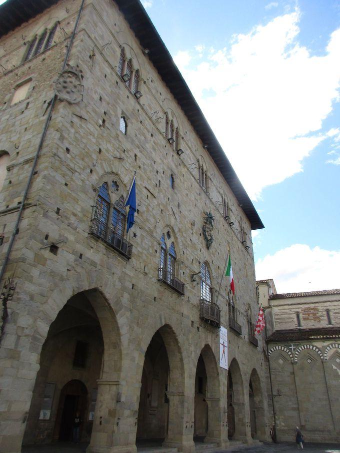 マリーノ自らが寄贈した作品「奇跡」を見に、市役所の中庭へ