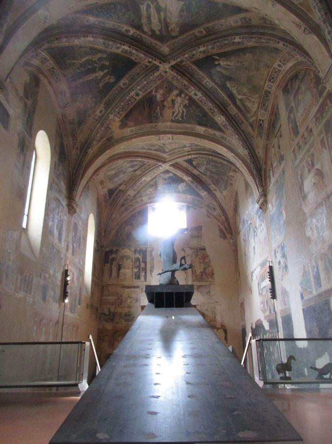 中世フレスコ画と近代彫刻との調和が美しい「タウ教会」