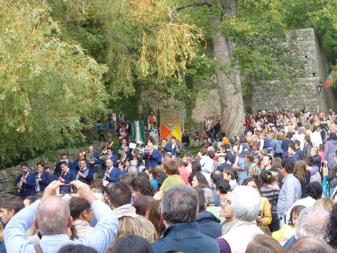 熱狂の地元民に混じって、「木こりのパリオ」観戦!