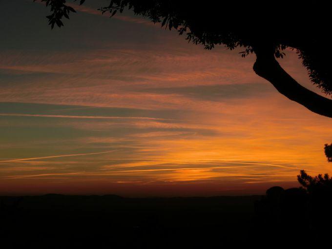 町の南端のテラスで、キアーナ渓谷に沈む夕日を眺めよう