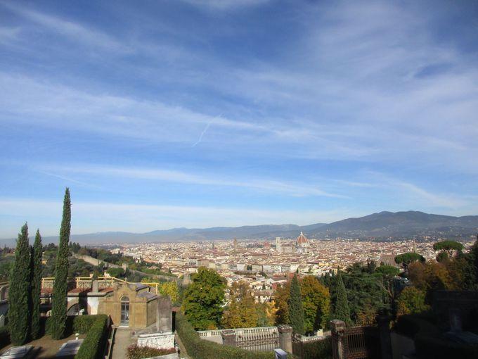 ファサートのキリストが見つめるのは、美しきフィレンツェの一大パノラマ
