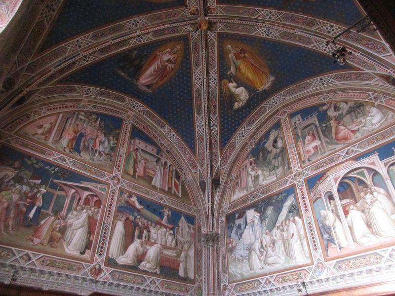 モザイクからフレスコ画まで、教会内部はまるで美術館のよう