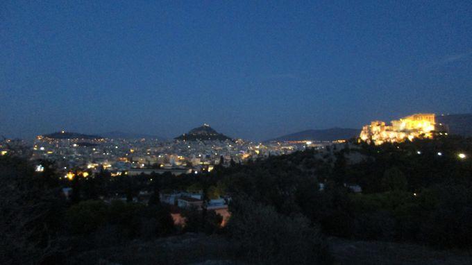 夕暮れ〜夜:アテネ観光の締めくくりは、ライトアップしたアクロポリスの絶景