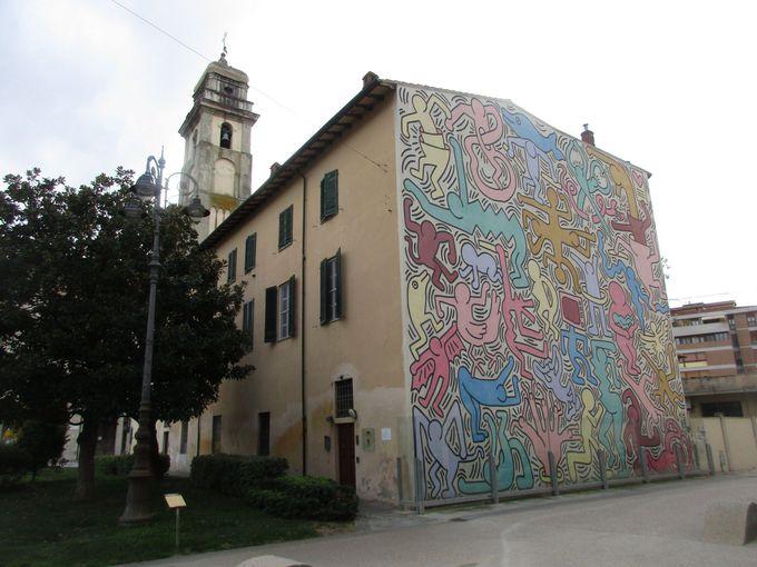 アルノ川沿いの小さな教会と、世界的ポップアーティストの壁画を鑑賞
