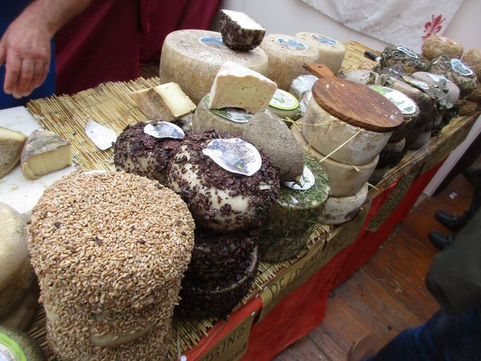 レプッブリカ広場は、トスカーナ州の美味しいものが盛りだくさん!