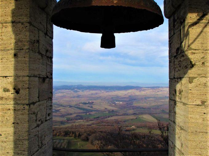 カンピリア・ドルチャ:いつでも上れる!岩上に立つ鐘のある塔