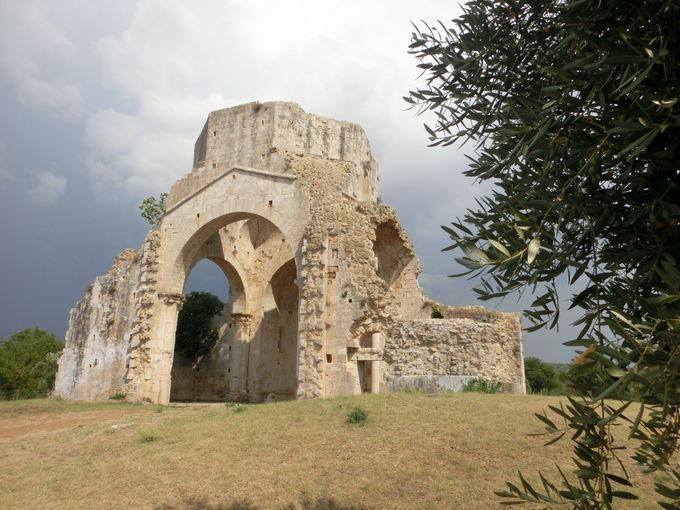 廃墟の修道院「サン・ブルーツィオ」で古の哀愁にひたる