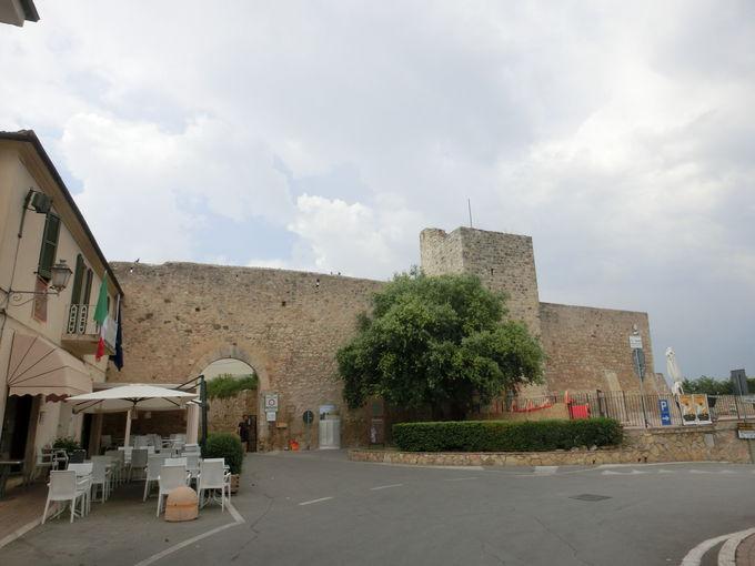 旧市街に残る、南北2つの門とそれをつなぐ城壁