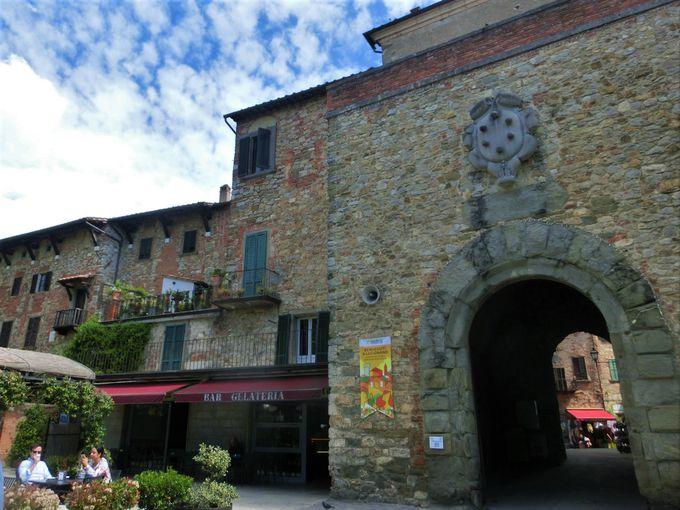 城壁に囲まれた旧市街に残る、古の門と塔