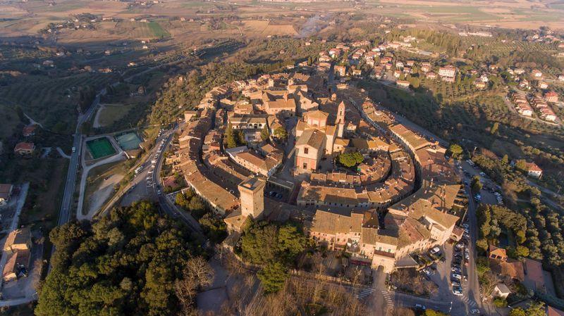 トスカーナ中部ルチニャーノ、城壁が完璧に残る「キアーナ渓谷の真珠」