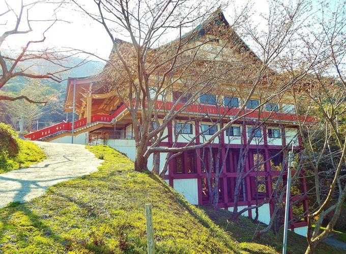 少々清水寺を思わせる土台!まだ新しい本堂は非常に綺麗