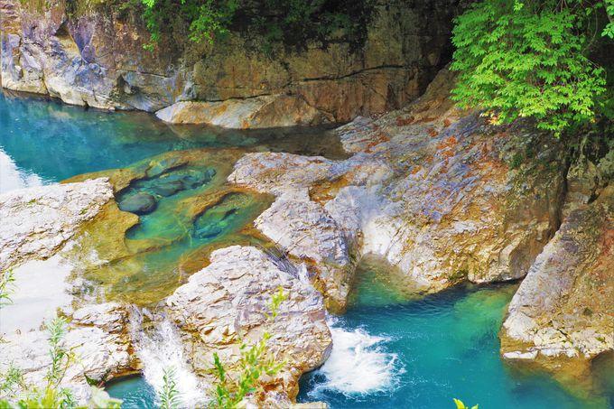インディゴブルーが湛える川の彫刻アート「四万の甌穴群」