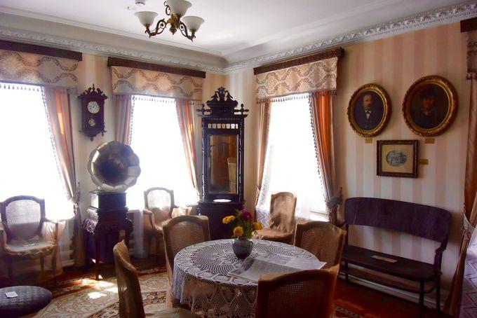 一家の共有スペースはアンティーク家具でいっぱい