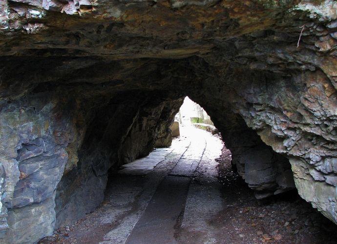 バス停の洞窟から日本一の洞門まで「四国最南端の海食洞群」