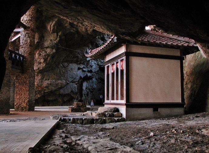 喫茶店を覆う巨大海食洞穴