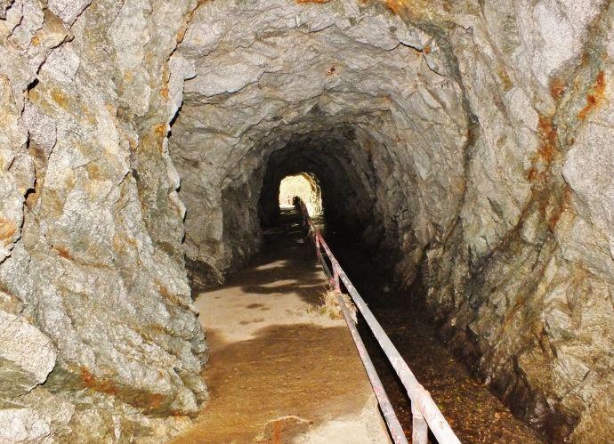 隧道を抜けて滝の天辺へ