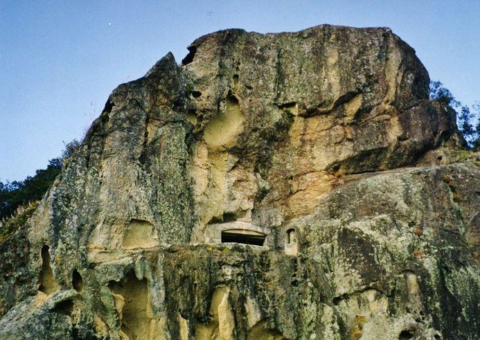 高さ20mを超える巨大狛犬「人面岩」と「獅子岩」