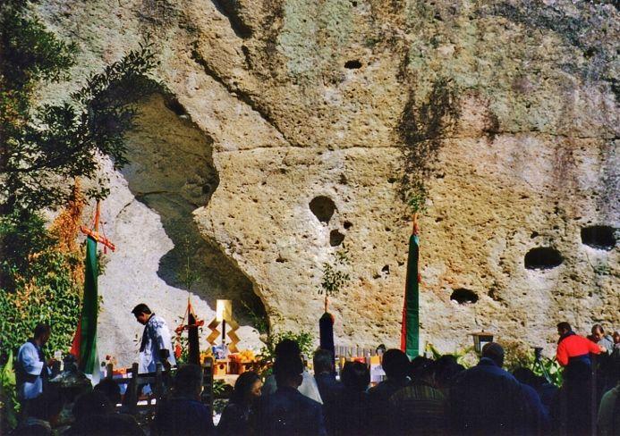 空中に日本一長い大綱が!日本最古の墓所「花の窟神社」