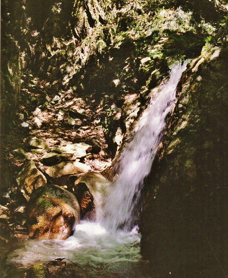 滝の「天国」から荒涼たる「地獄」へ