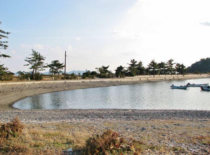 海水浴場のような橋立沿いの御手洗湾