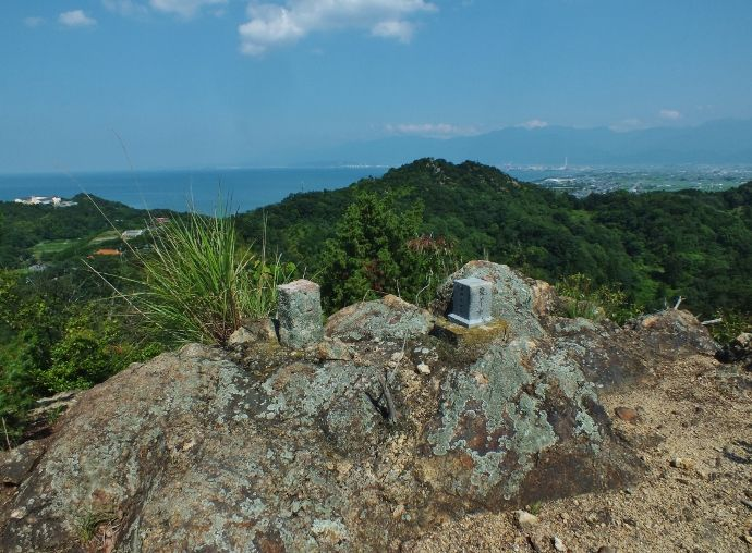 誰もが登りたくなるスーパー低山の岩山