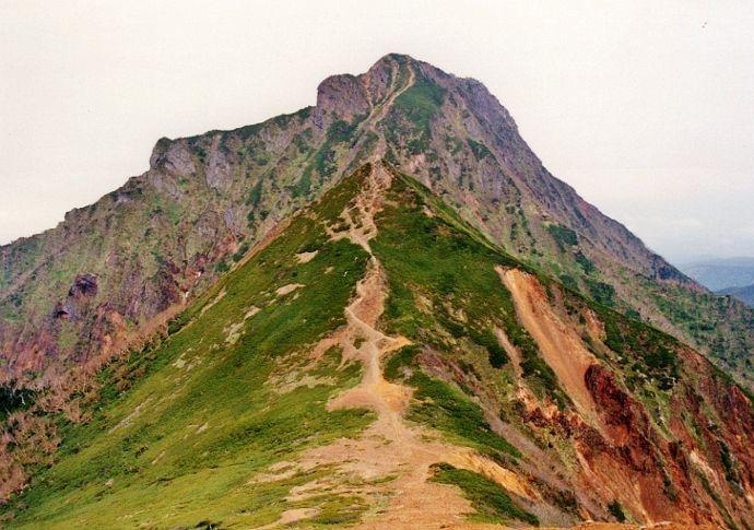 なだらかな山と岩山