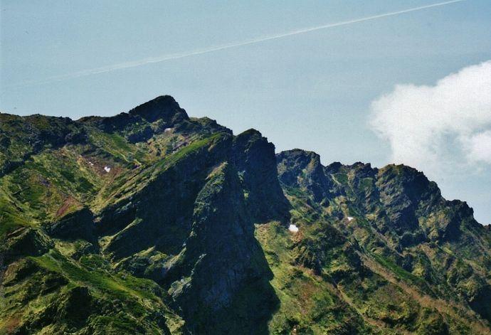 屹立した岩塔群と山頂の賽の河原