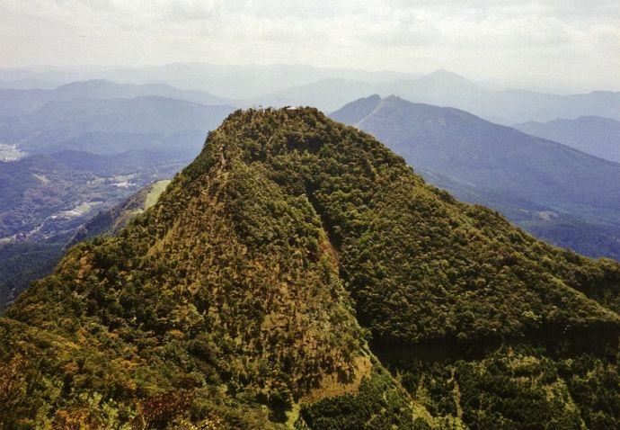 登頂欲をそそる見事な富士山形の山