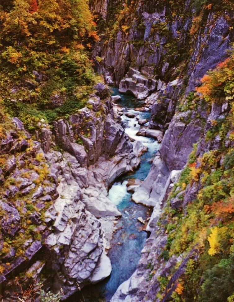 """断崖と滝と紅葉""""日本最大の渓谷..."""