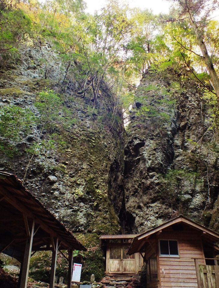 岩山に囲まれた異世界