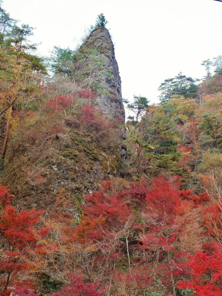 岩峰群と紅葉のオンパレード