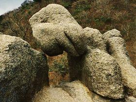 大石が宙に浮く!?摩訶不思議登山・三重県「宮指路岳」